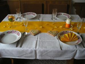 nácvik svatební tabule, růže budou oranžové, talíře bílé