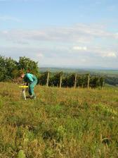 Náš pozemek s úžasným výhledem. Zrovna vyměřijeme výšky pro srovnání pozemku.