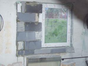 už osadené nové okno v spálničke