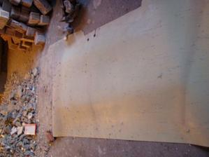 zakrytý otvor = montážna jama v garáži + otvor na sypanie dreva a uhlia do kotolne