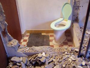 začína sa búrať pôvodne WC bez umývadla