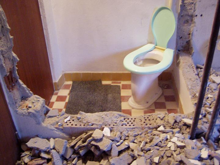 Mamičkina kupelka - začína sa búrať pôvodne WC bez umývadla