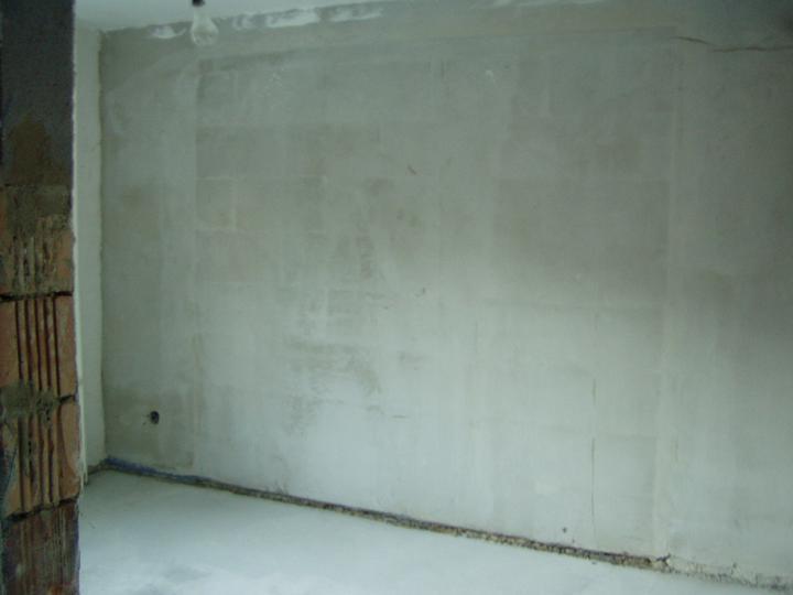 Mamičkina kupelka - zamurovane garazove dvere
