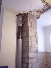 komin je uz obmurovany, a rura pripravena - vrchna diera na digestor z kuchyne a spodna na ventilator z kupelky