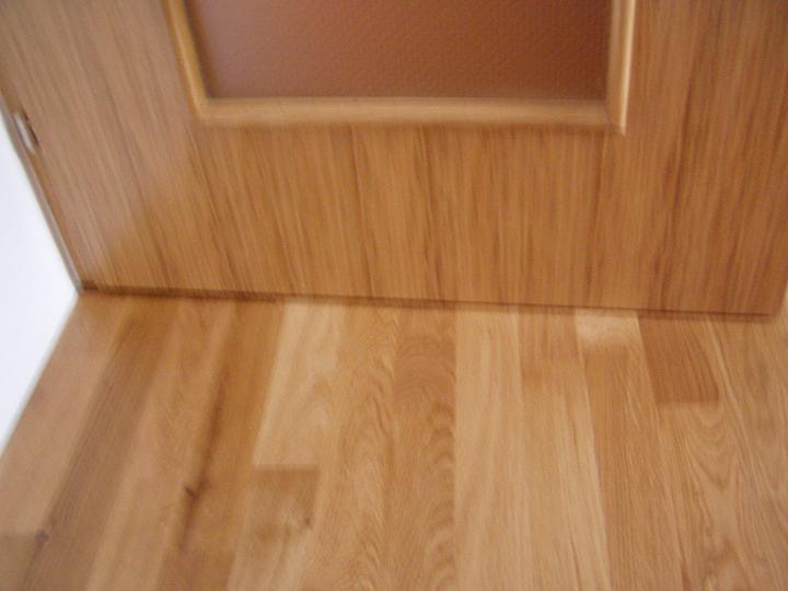 Mamičkina kupelka - dvere a podlaha