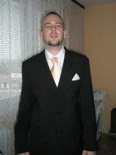 ještě jedna, barva kravaty neni moc poznat, ale kapesník by byl bílý