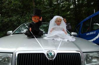 svatební auto cestou na hostinu