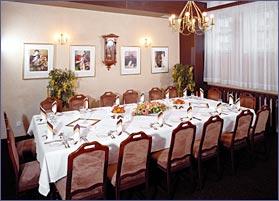 hotelová restaurace, kde si budeme pochutnávat na obědě a dortech a vůbec všem, co k tomu patří...