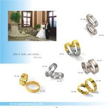 podobně vypadají naše prstýnky, jenom mají dvě vyrytiny na oddělení barev místo jedné a ani na jednom se nevyskytují kamínky, jinak máme zevnitř vyryta jména a datumy (klasika) - ještě jedna nedůležitá info - jedná se o prsteny ES13..