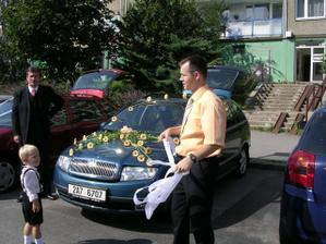 Auto, kterým jsem původně měla jet. Kolem prochází svědek ženicha, pak tam je otec ženicha a synáček bratránka.