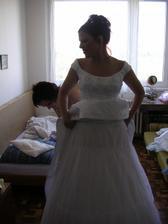 Složité navlékání šatů, do kterých mi pomáhala moje svědkyně a zároveň hodně dobrá kamarádka.