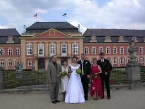 S rodinkou před zámkem.. nebo vlastně za zámkem..:-)