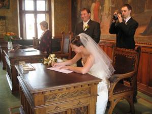 ...bylo náročné se podepsat správně...