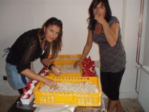Já a moje mamka při plnění košíčků...