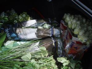 Nakoupené kytky na svatební den