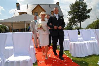 příchod ženicha s maminku k oltáři