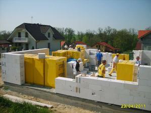 23.4.2011, konečne sa začali ťahať múry ...