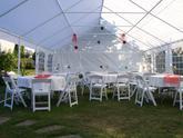 Ukázka našeho svatebního setu : Svatební stan 6x12m, kulaté stoly, kulaté ubrusy, bílé svatební židle, osvětlení
