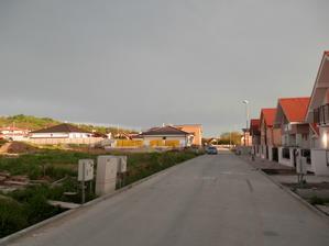 Nasa ulica - v dialke tie zlte palety s ytongom :)