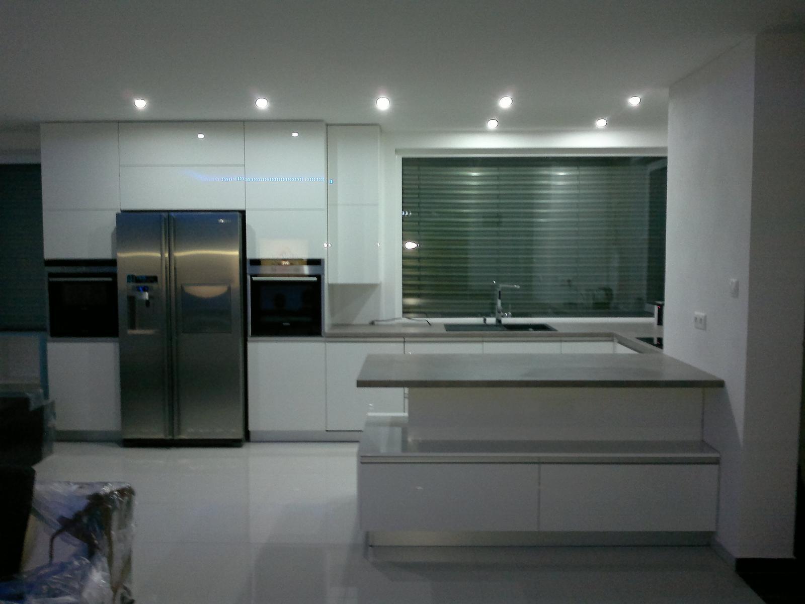 Nas domcek - Zatial dalsia nudna biela kuchyna.... ale pockajte co bude zajtra!
