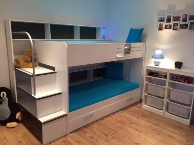 Detska izba - Este musime poukladat hracky do policiek