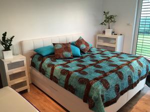 Nova postel typu Boxspring. Este to chce do spalne tapetu na 1 stenu, dekoracne zavesy, svietnik so svieckami, koberceky s dlhym vlasom ku posteli......