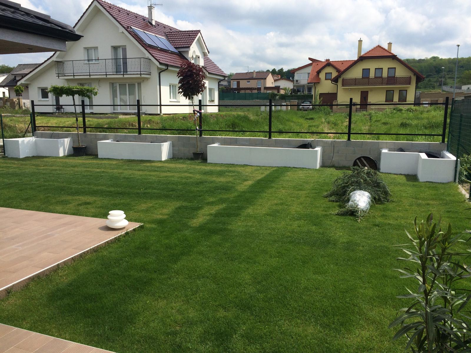 Zahradka - Biely podomietkovy prnetrak. Nato pôjde fasáda.