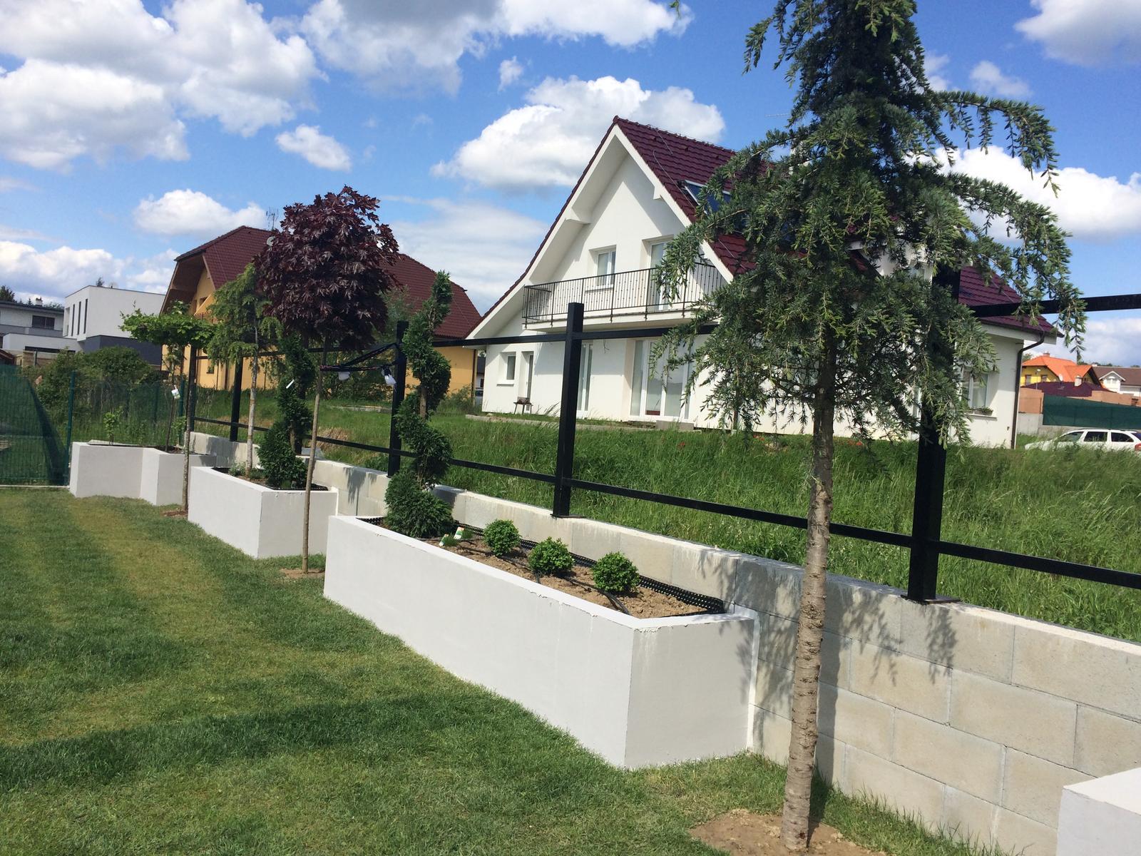 Zahradka - este plot a lavicky a bude to.