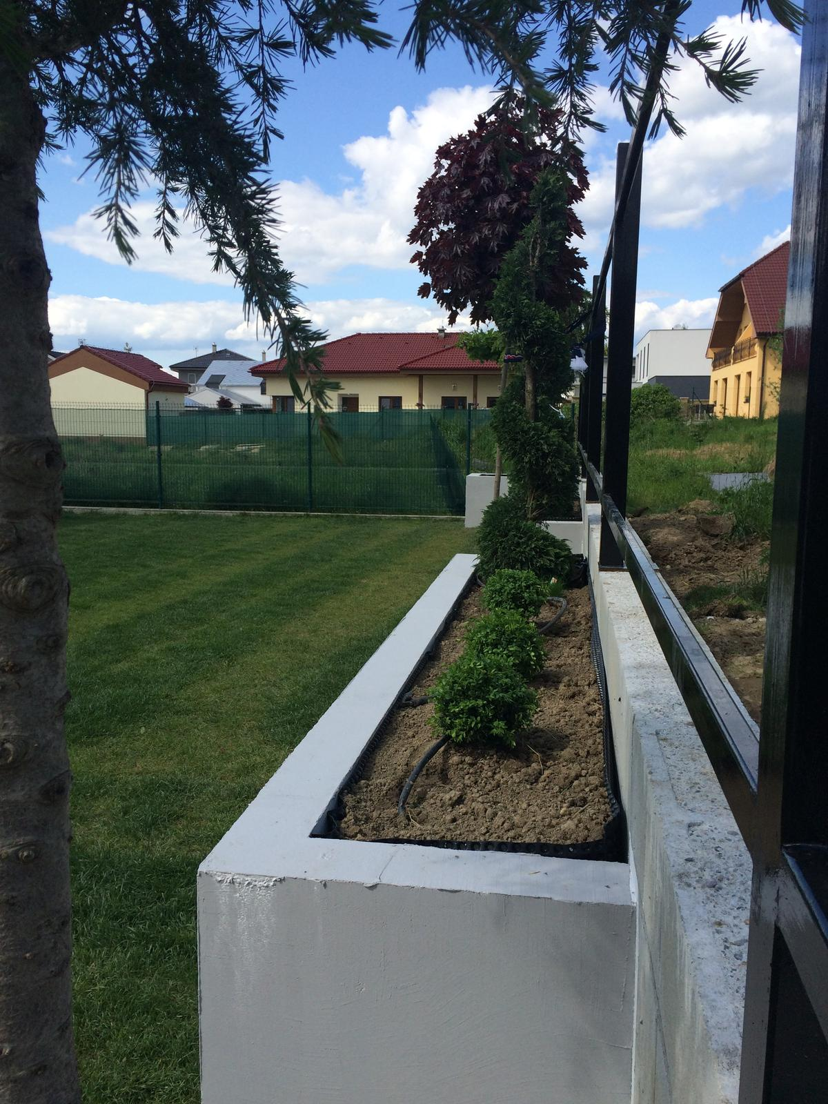 Zahradka - kochliky este nie su hotove. este treba dokoncit fasadu.