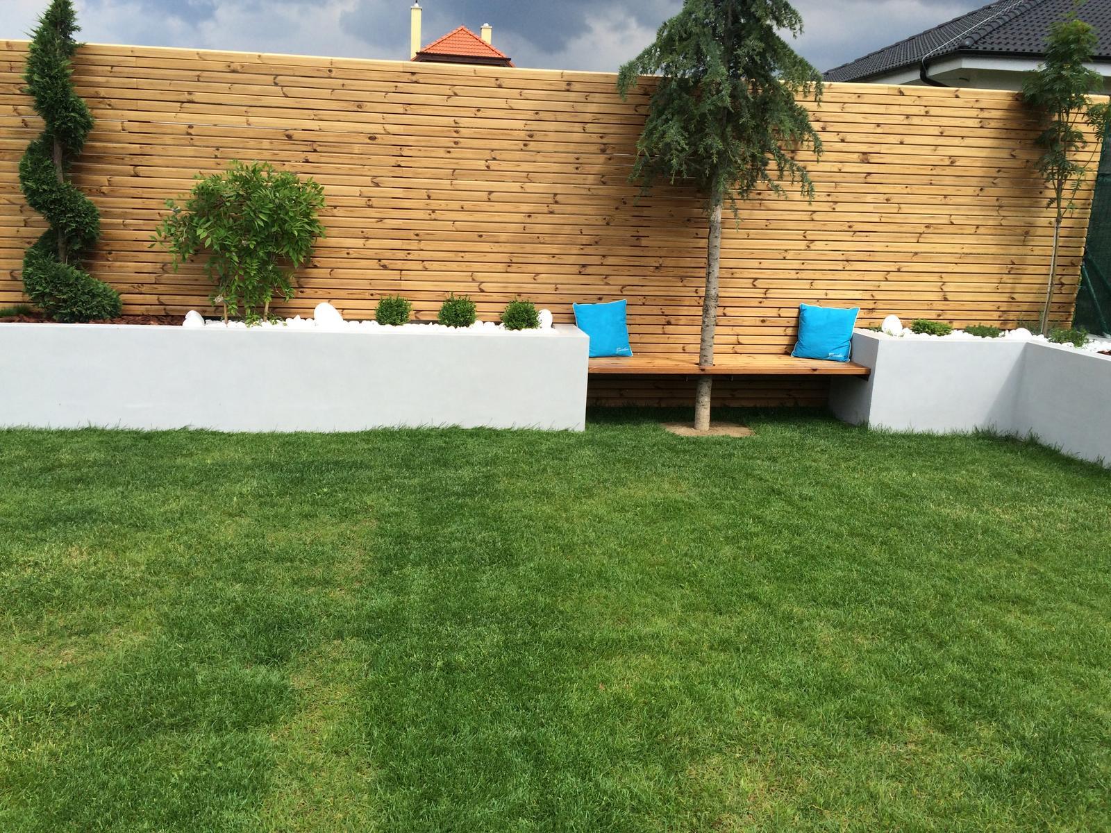 Zahradka - zatial este nedokoncena lavicka - bez predneho cela.