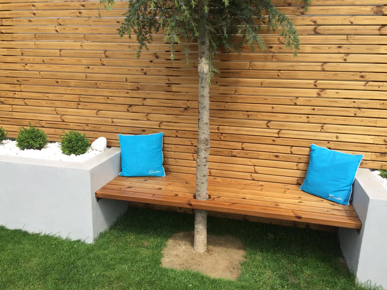 Zahradka - nedokoncena lavica, ale sedi sa na nej super uz teraz