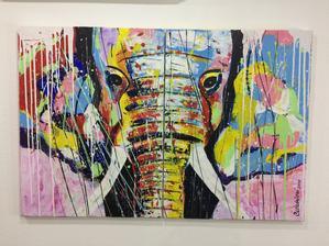 Sloni podle Feng-shui Přestože figurky slonů mají původ v Indii, kde představují jednoho z nejmilovanější bohů hinduistů Ganéšiho, odstraňovatele překážek, dárce harmonie, úspěchu a štěstí a také bohyni blahobytu a hojnosti Lakšmí, chopila se jich ji
