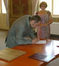 a Péťa při podpisu