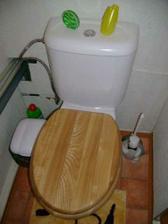 a prozatimní záchod, nic moc no, ale ujde to