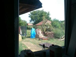 vyhlad z kuchynskeho okna na zahradu