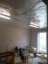 obyvka strop uz takmer hotovy.tie svetla su len provizorne:-)