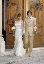 ... a k tomu bude mat BIELE TENISKY:-) ..dufam, ze nasi pridu na svadbu;-)