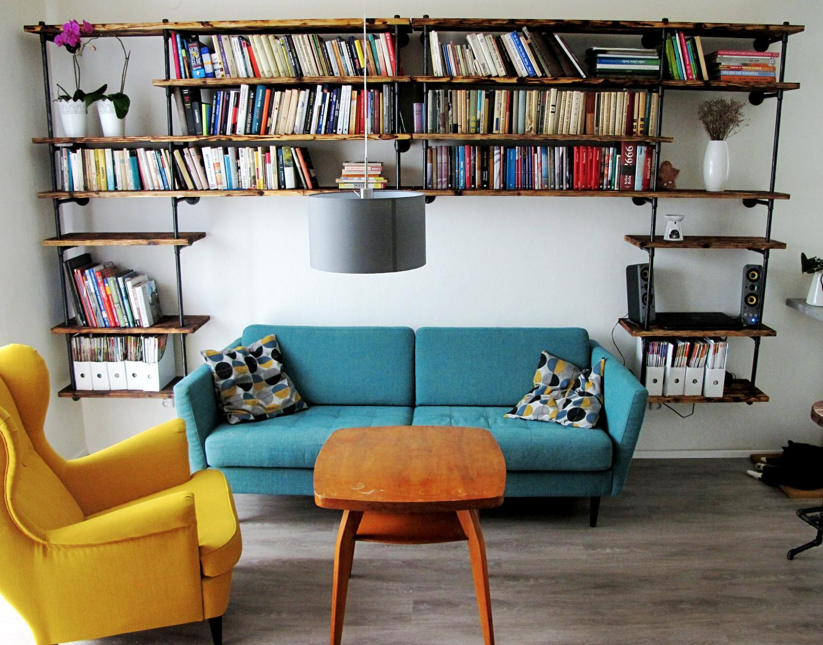 Obývák pro knihomoly - stolek ceka na zasah bebo vymenu :)
