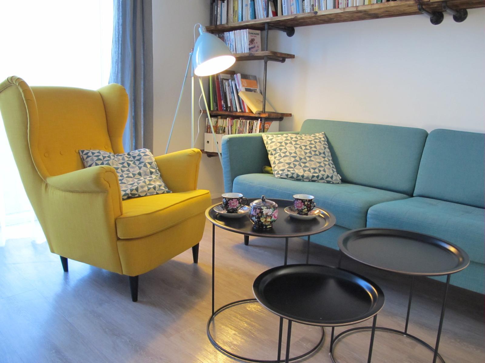 Obývák pro knihomoly - konečně stolky a lampa