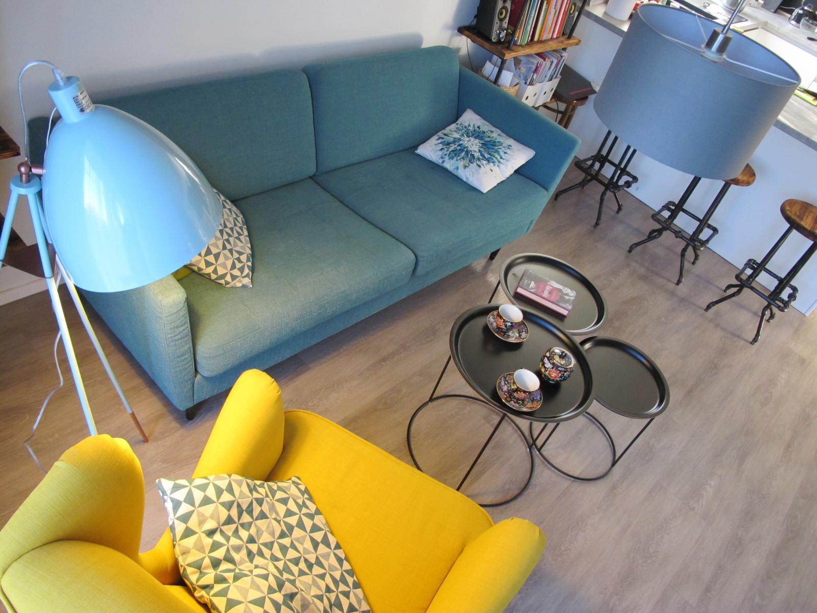 Obývák pro knihomoly - modrozelená lampa je presně to co jsem hledala