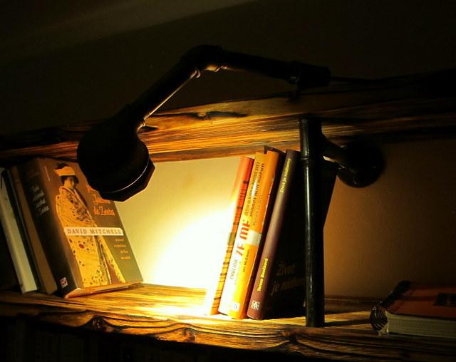 Obývák pro knihomoly - trubková knihovna má trubkovou kámošku :)