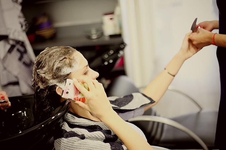 Paula{{_AND_}}Benoit - multitasking- umyvanie vlasov, uprava znicenej manikury, a na telefone s restauraciou