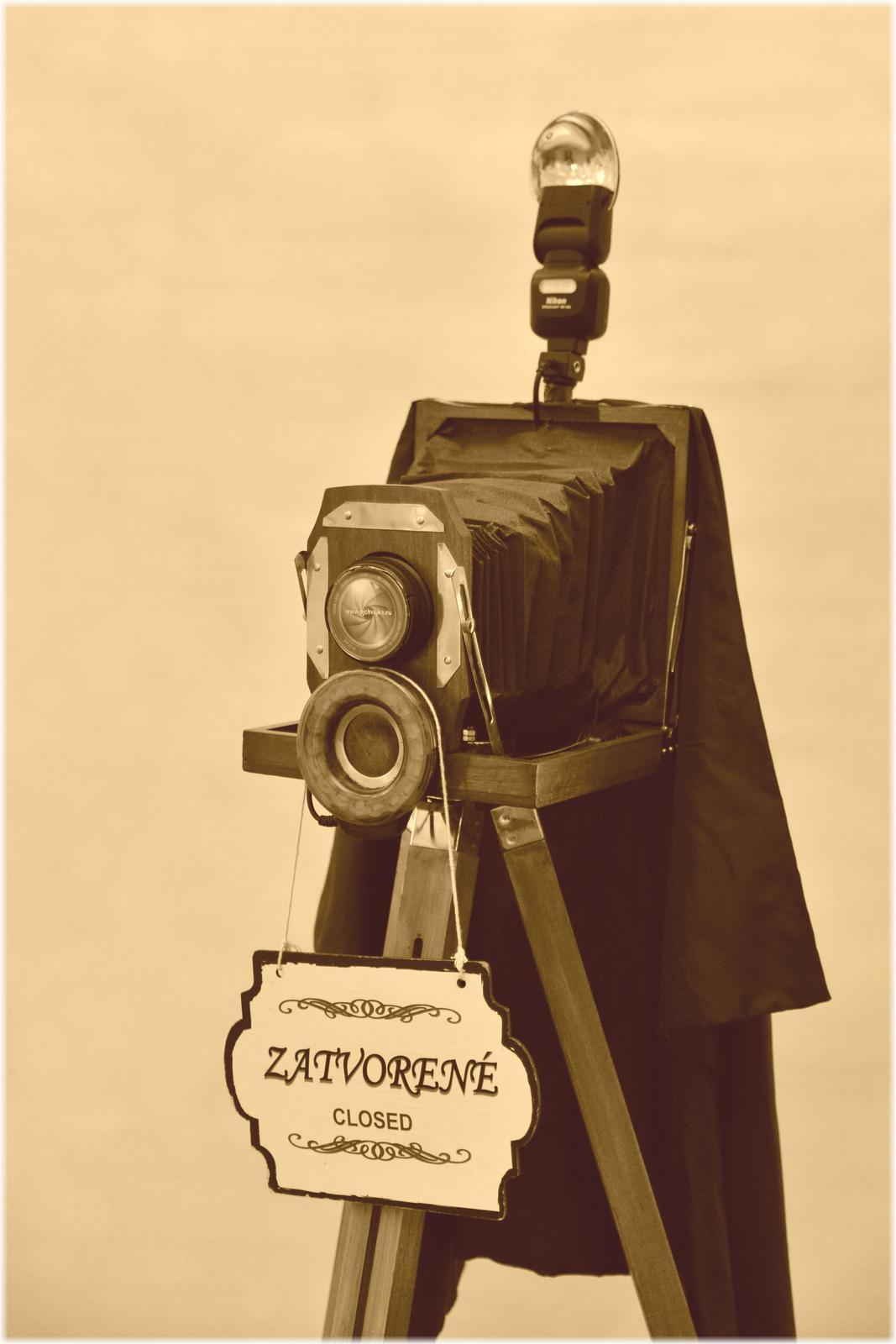 djchvojka - 19.storočie, dreveny fotoaparat v našom RETRO foto zábavnom kutiku. Je naozajstný, fotí nadherne, stačí vyskušat.