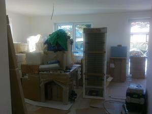 Obývák - nábytek, pohovka a rozložená kuchyně
