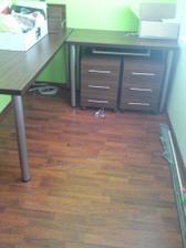 Pracovné stoly ešte s neporiadkom zo stavby