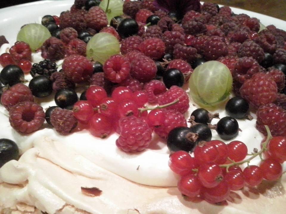 Miloslavova zem - lahky letny ovocny  kolac z produktov zahrady MZ