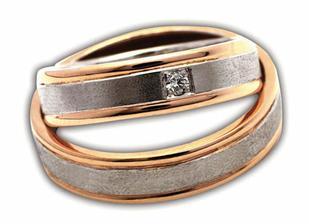 tak to jsou naše prstýnky, kombinace bílého a červeného zlata.