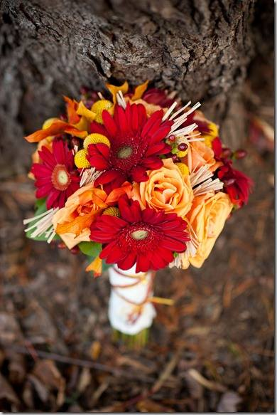 Co uz mame .. :-) - Takuto svadobnu kytičku mam zajednanú akurat bude doplnena o zelene tvz. sople ako to nazvala pani kvetinarka. :D Samozrejme aj kytice na stol + ikebana v rovnakom štyle