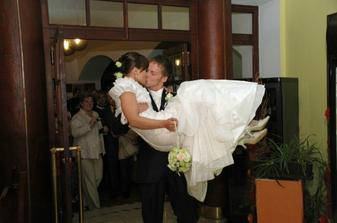nevestu si treba odniesť až k svadobnému stolu...