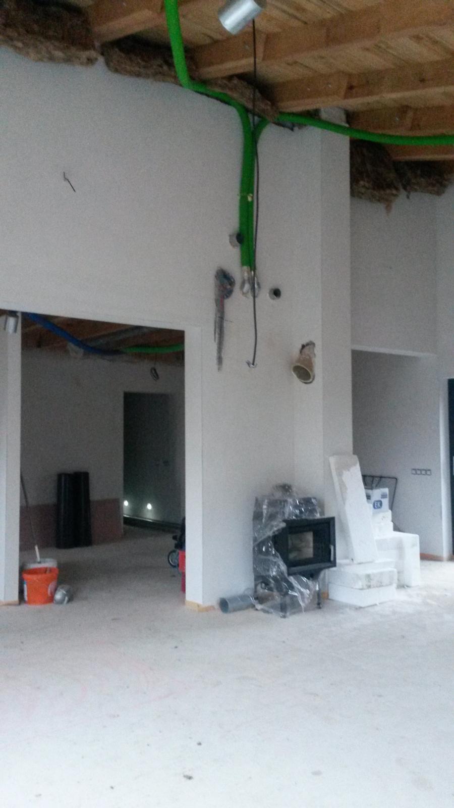 Domeček - pohled od jídelního stolu na budoucí krb , vzadu chodba k pokojům